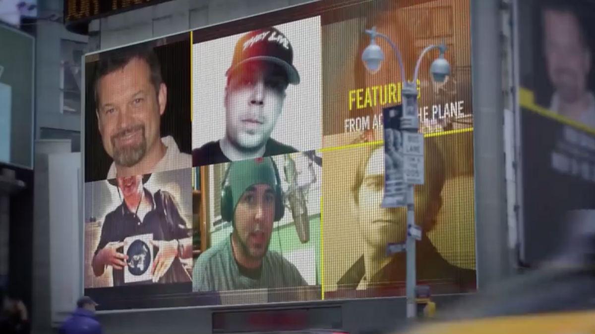 Algunos de los ponentes en el congreso de defensores de que la tierra es plana anunciados en una pantalla gigante.