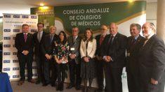 Raquel Murillo, directora general adjunta de A.M.A y directora del ramo de RC. junto a la consejera de Salud de la Junta de Andalucía, Marina Álvarez, y los presidentes de los colegios de médicos andaluces y Ceuta (Foto: A.M.A.)