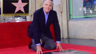 Jeffrey Tambor posa con su estrella en el Paseo de la Fama de Hollywood. (Foto: AFP)