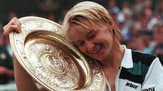 Jana Novotna posa con el trofeo de Wimbledon. (AFP)