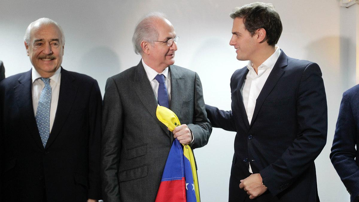 El ex presidente colombiano Andrés Pastrana; el alcalde legítimo de Caracas, Antonio Ledezma; y el presidente de C's, Albert Rivera. (Foto: Francisco Toledo)