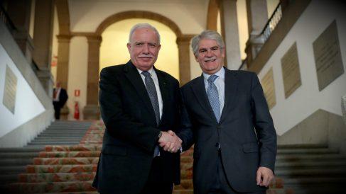 Riad al Maliki, ministro de Exteriores palestino, junto a su homólogo español, Alfonso Dastis, en el Palacio de Santa Cruz. (EFE)