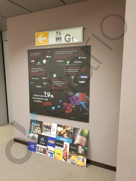 Cartel promocional del catalán y abajo, en el suelo, veinte empresas, de las cuales muchas independentistas.