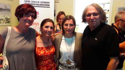 El líder de la Asamblea Nacional Catalana en Luxemburgo posa con Carme Forcadell.