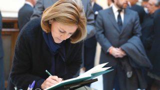 La ministra de Defensa María Dolores de Cospedal, firma en el libro de condolencias en la capilla ardiente del fiscal general del Estado, José Manuel Maza, que ha sido instalada en la sede de la Fiscalía General del Estado (Foto: Efe)