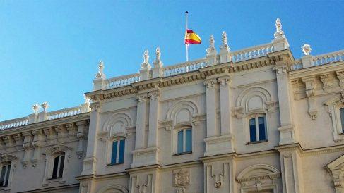 La Fiscalía General del Estado con la bandera a media asta por la muerte de José Manuel Maza. (Foto: EFE)
