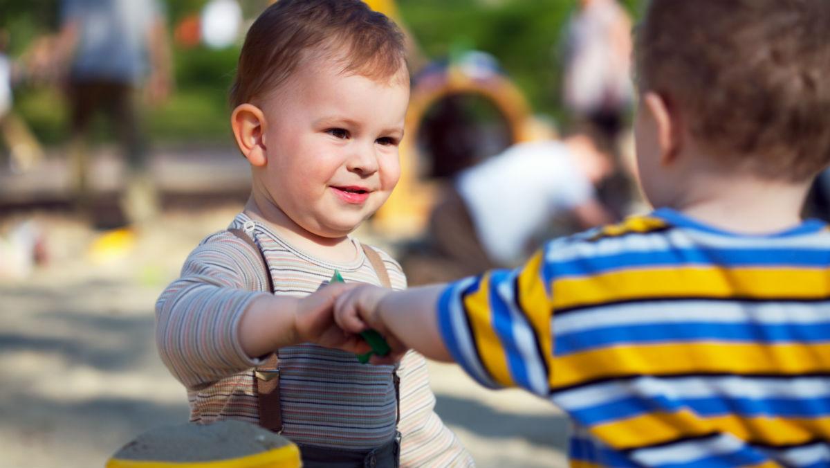 Dos niños jugando (Foto: GETTY).