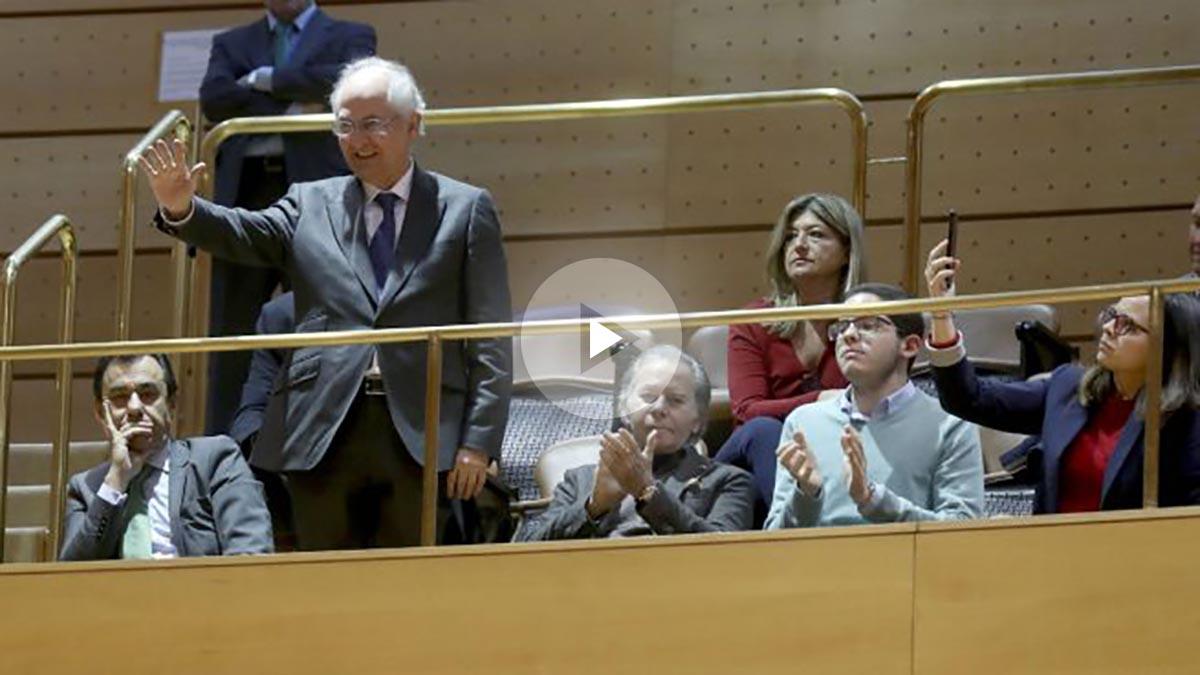 El coordinador general del PP, Fermando Martínez-Maillo, junto al alcalde de Caracas, el opositor Antonio Ledezma, en la tribuna del Senado. (EFE)