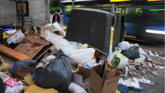 Montaña de basura en torno a un contenedor en Madrid.