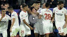 Los jugadores del Sevilla celebran un gol con Berizzo. (AFP)