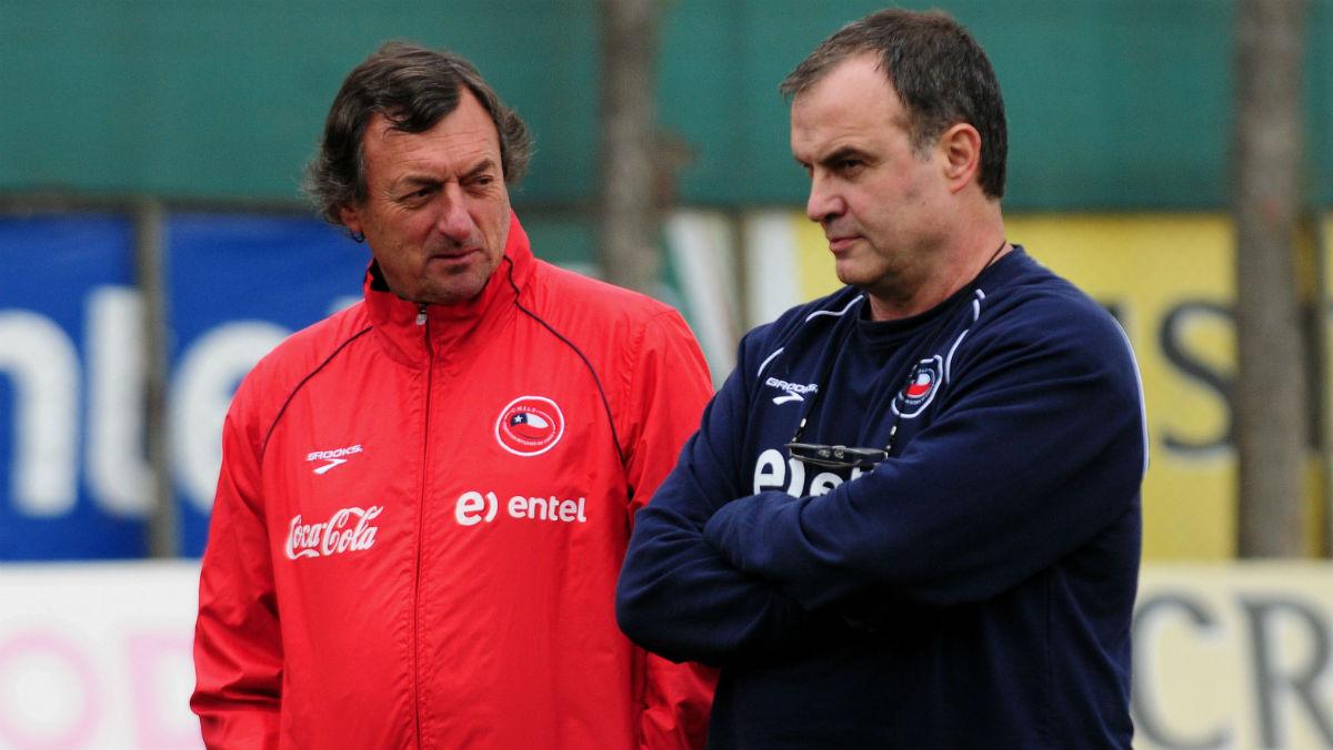 Bielsa y Bonini, en un entrenamiento de Chile. (AFP)