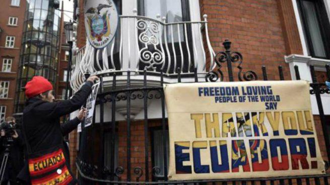 Manifestantes afuera de la Embajada de Ecuador en Londres.