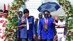 El mandatario boliviano, Evo Morales, agasaja al dictador guineano, Teodoro Obiang, en La Paz.