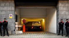 """Llegada al Palacio de Justicia de Navarra del furgón de la Policía donde se encuentran los cinco sevillanos, que se hacen llamar """"La manada"""", acusados de violar a una joven de 18 años en los sanfermines del 2016. FOTO: EFE"""