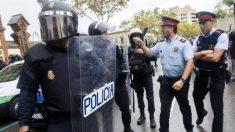 Mossos d'Esquadra se encaran con agentes de la Policía Nacional el 1-O. (Foto: EFE)