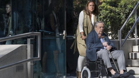 Pablo González Liberal, padre de Ignacio González, saliendo de la Audiencia Nacional (Foto: Efe).