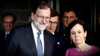 El presidente del Gobierno, Mariano Rajoy; el gallego, Alberto Núñez-Feijóo; y la ex presidenta del TC María Emilia Casas. (EFE)