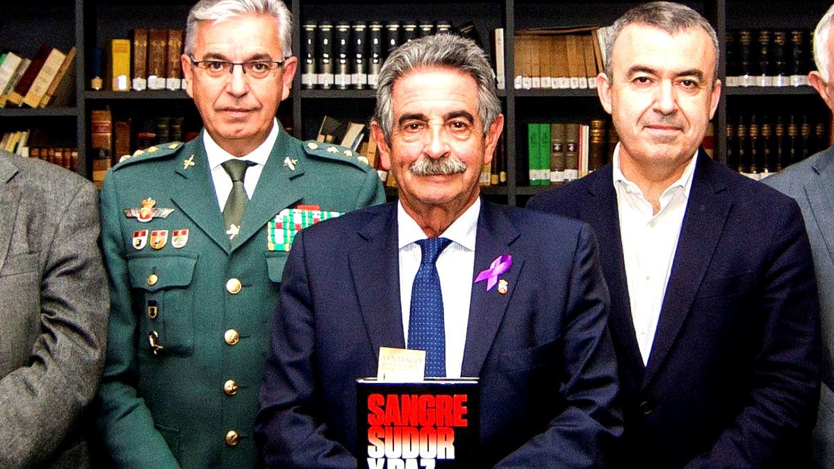El jefe de la UCO, Manuel Sánchez, junto al escritor Lorenzo Silva y el presidente cántabro Miguel Ángel Revilla (Foto: Efe).