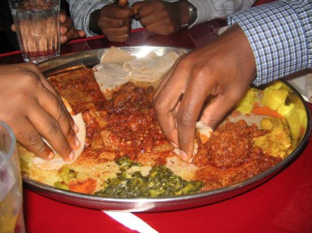 Una injera de base del plato y encima se ponen todo tipo de ingredientes.