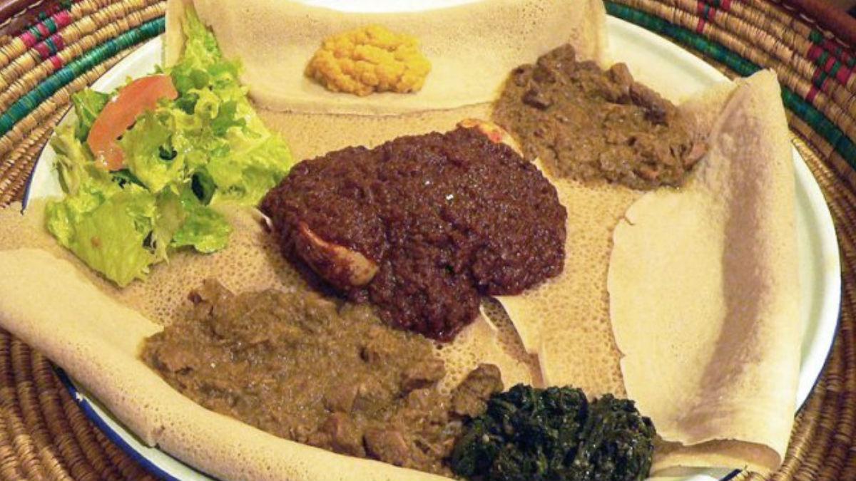 Etiopia: la típica injera con distintos condimentos encima.