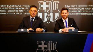 Leo Messi estampa su firma en su nuevo contrato hasta 2021. (FC Barcelona)