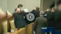 Las célebres peleas a puñetazos del líder ruso Vladimir Zhirinovski, que ahora apoya a Puigdemont.