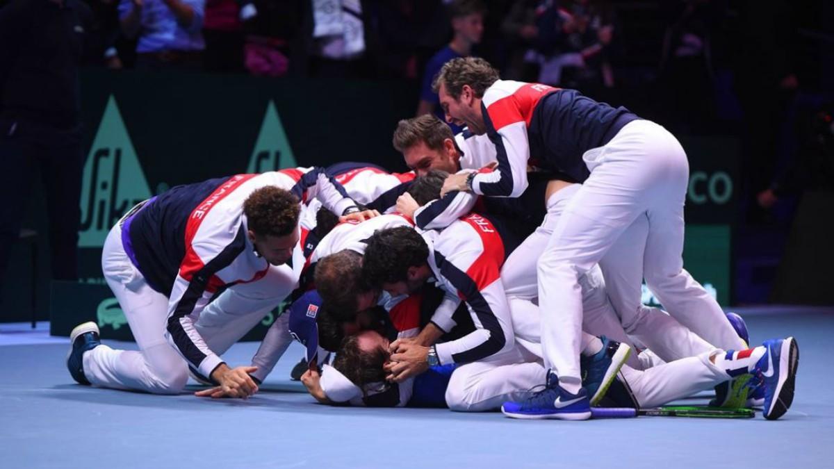 Los jugadores franceses celebran la victoria con Pouille.