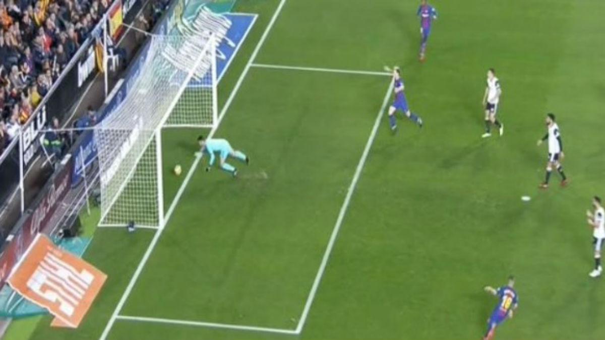 El disparo de Messi bota dentro de la portería.