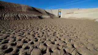 Vista general del pantano de Mediano en el Pirineo de Huesca, donde las huellas de la sequía son evidentes. (Foto: EFE/Javier Blasco)