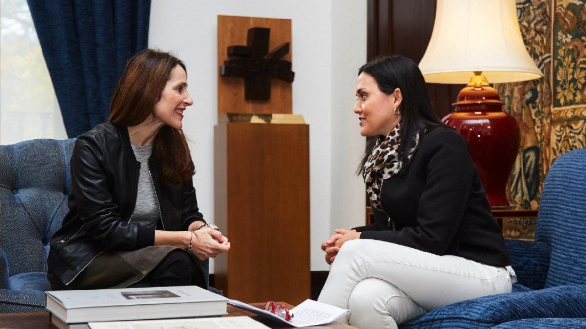 La presidenta del Parlamento vasco, Bakartxo Tejeria (PNV), con Rosaura Valentini, esposa de Yon Goicoechea, preso político en Venezuela.