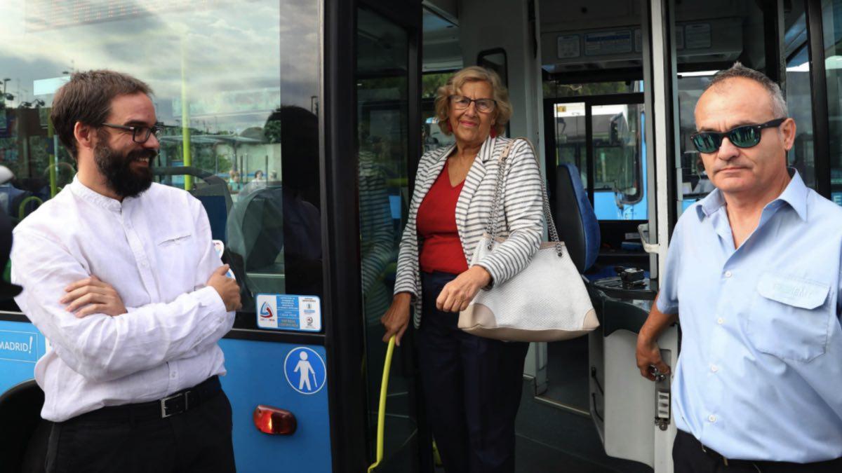 La alcaldesa Carmena junto al gerente de la EMT, Álvaro Fernández de Heredia (i) y un conductor. (Foto: Madrid)