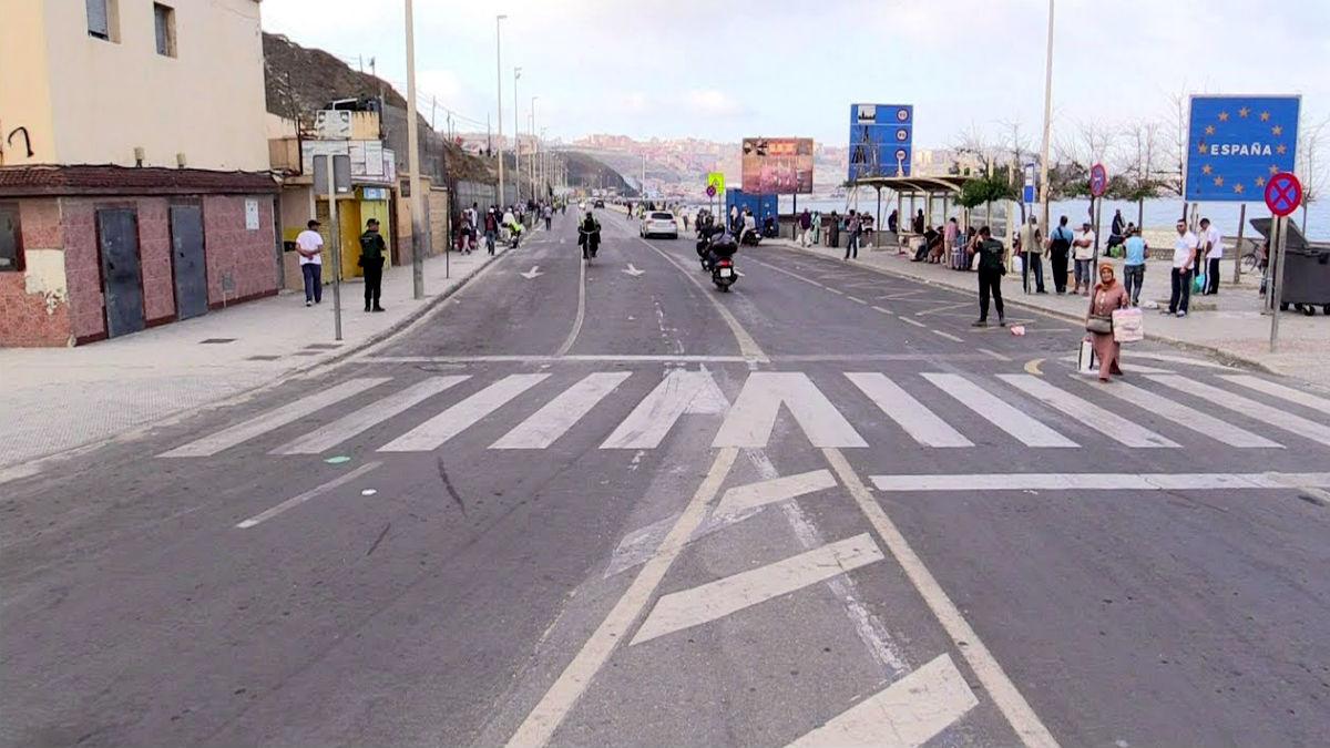 Carretera de acceso a la frontera de El Taraja, en Ceuta.