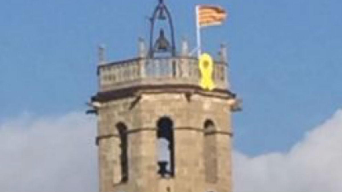 La Iglesia de Castelltersol,situada en la provincia de Barcelona, con un lazo amarillo en su campanario en apoyo a los golpistas encarcelados (Foto: 'Dolça Catalunya)