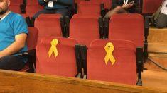 Dos lazos amarillos en el Parlament de Cataluña.