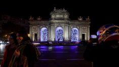 Alumbrado navideño sin belén en la Puerta de Alcalá en 2017. (Foto EFE)