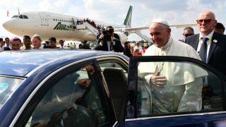 El Papa Francisco, a su llegada a Birmania, en el aeropuerto internacional de Yangon. (AFP)