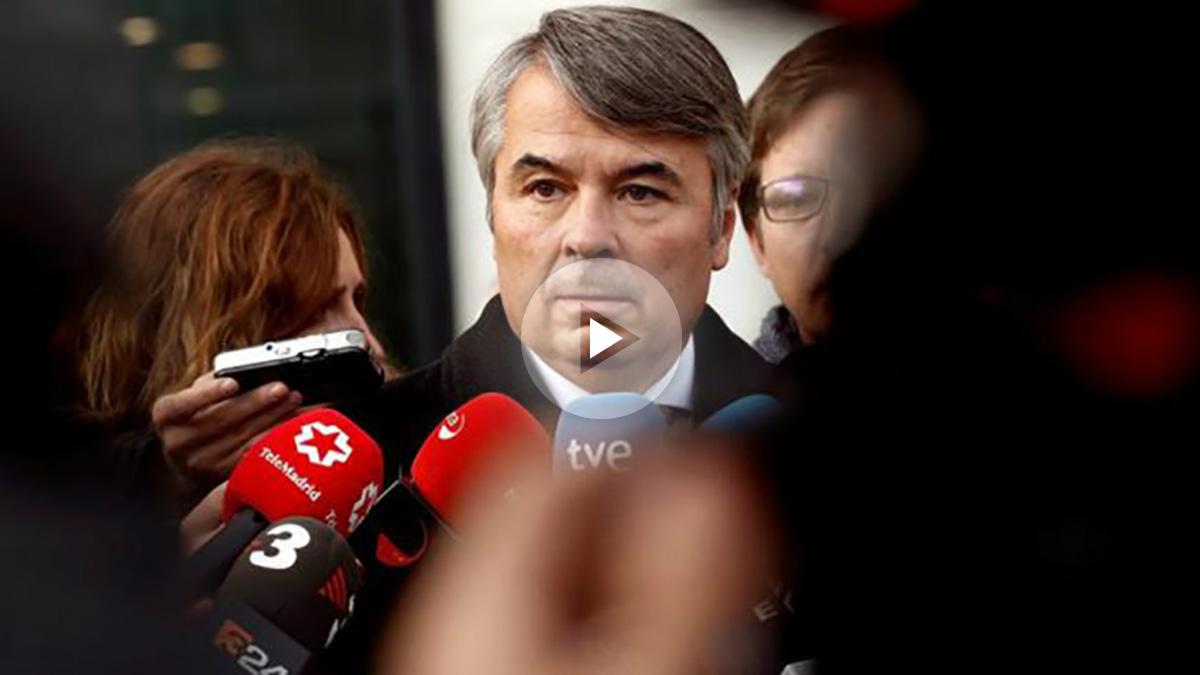 Agustín Martínez Becerra, abogado de tres de los cinco sevillanos de 'La Manada' procesados por la presunta violación de una joven de 18 años en los Sanfermines de 2016, atiende a los periodistas a su llegada al Palacio de Justicia de Navarra. Foto: EFE