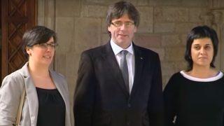 Mireia Boya y Anna Gabriel (CUP) junto a Carles Puigdemont.