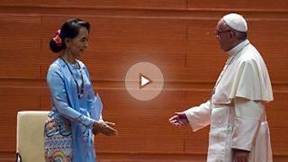 Aung San Suu Kyi saluda al Papa Francisco en su visita a Birmania. (AFP)
