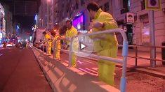 Obreros colocando las vallas en Gran Vía.