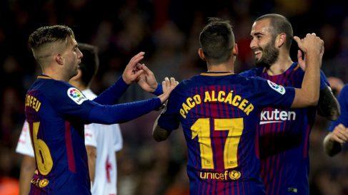 Alcácer, Deulofeu y Aleix Vidal celebran uno de los goles del Barça ante el Murcia. (EFE)