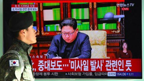 El líder de Corea del Norte, Kim Jong-un, anunciando la exitosa prueba del misil nuclear Hwasong-15, capaz de alcanzar cualquier territorio de EEUU. FOto: AFP