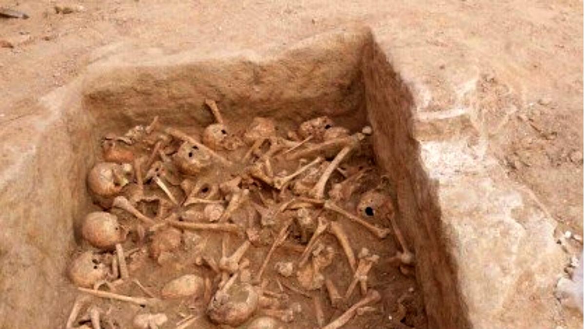 La fosa con cráneos y huesos de al menos 90 personas hallada en la madrileña calle Atocha.
