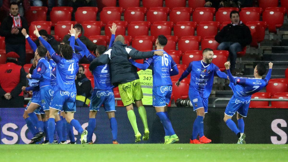 Los jugadores del Formentera celebran el gol de la victoria en San Mamés. (EFE)