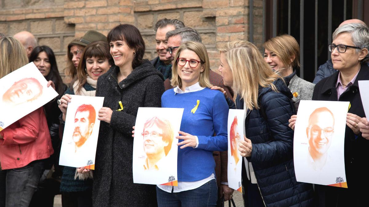 La directora de campaña de Junts per Catalunya, Elsa Artadi (c), junto a varias de sus compañeras, durante la presentación de la candidatura que encabezan el expresidente de la Generalitat, Carles Puigdemont, y el presidente de la ANC, Jordi Sánchez, actualmente en prisión (Foto: Efe)