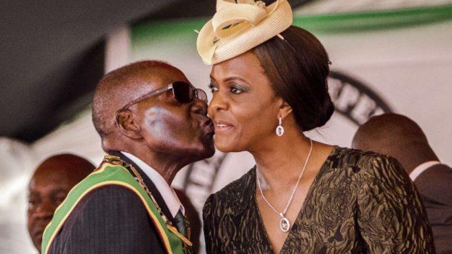 Robert Mugabe, ex presidente de Zimbabue, y su mujer, Grace Mugabe, quien tenía una participación activa en la política del país. Foto: AFP