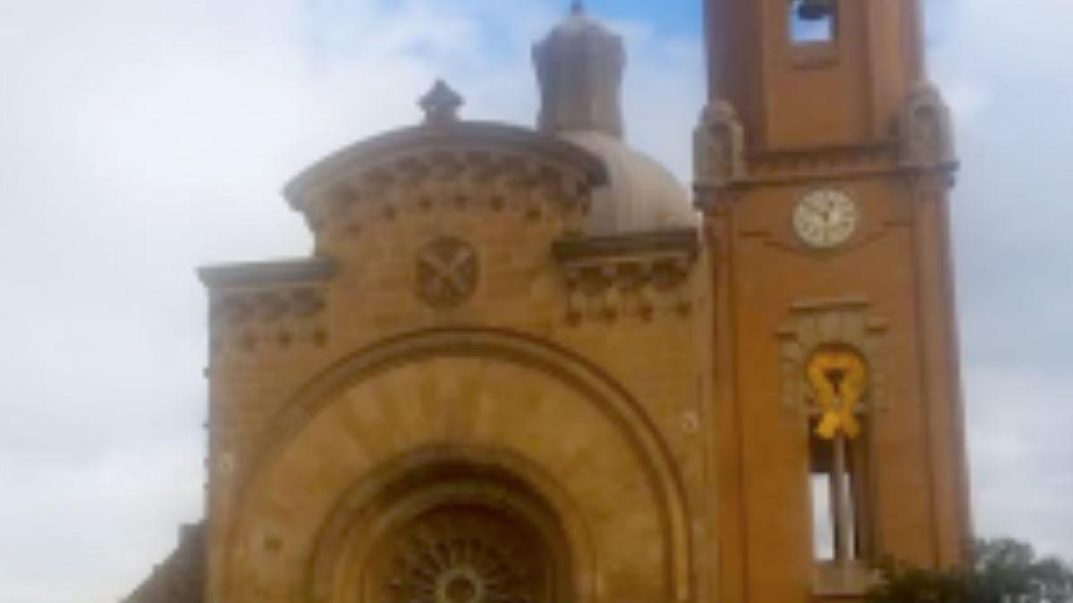La Iglesia de San Andrés de Palomar, ubicada en el barrio de Barcelona de San Andrés, ha colgado en su campanario un lazo amarillo gigante en apoyo a los golpistas encarcelados. (Foto: 'Dolça Catalunya')