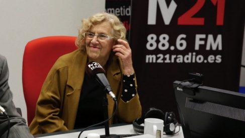 La alcaldesa Manuela Carmena en los estudios de M21. (Foto Madrid)