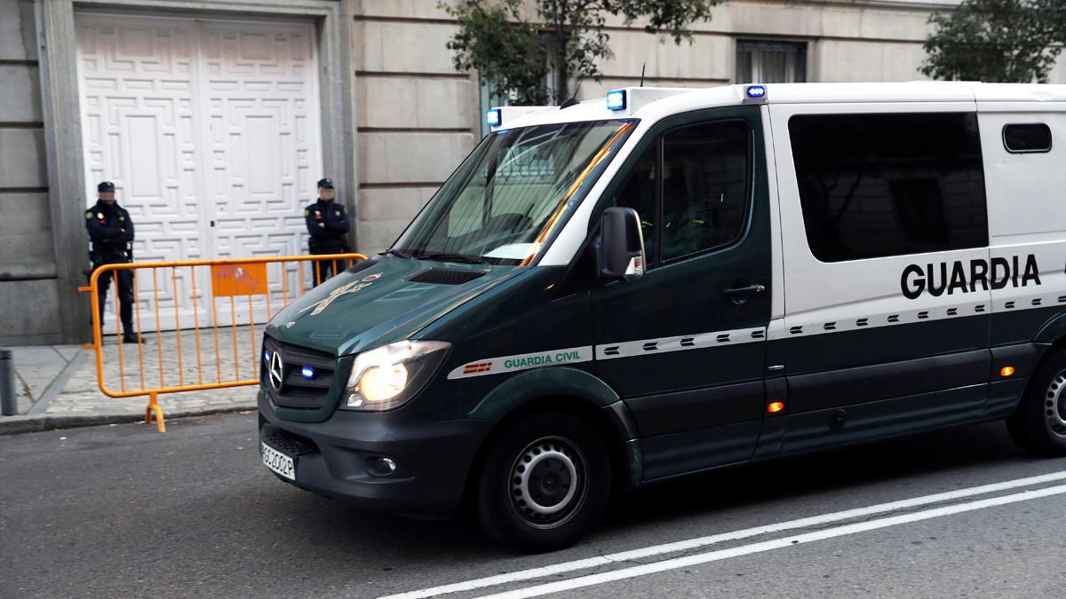 Un furgón de la Guardia Civil frente al Tribunal Supremo. (Foto: EFE)