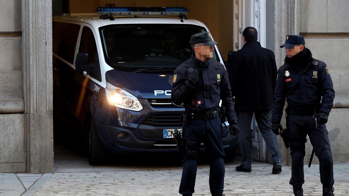 Un furgón de la Policía Nacional  entra en el Tribunal Supremo. (Foto: EFE)
